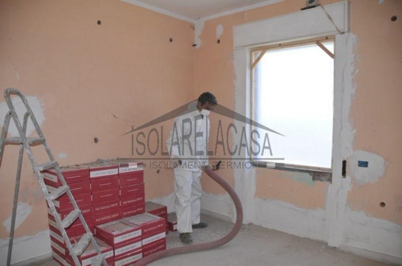 Isolamento casa con cellulosa in fiocchi