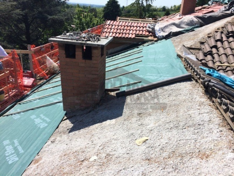 Posa listelli durante lavori di isolamento tetto a San Salvatore Monferrato