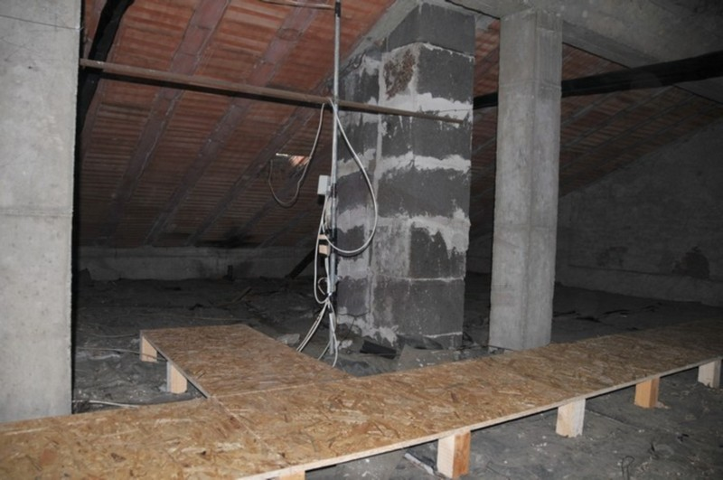 Passarella in legno posta sopra il materiale isolante
