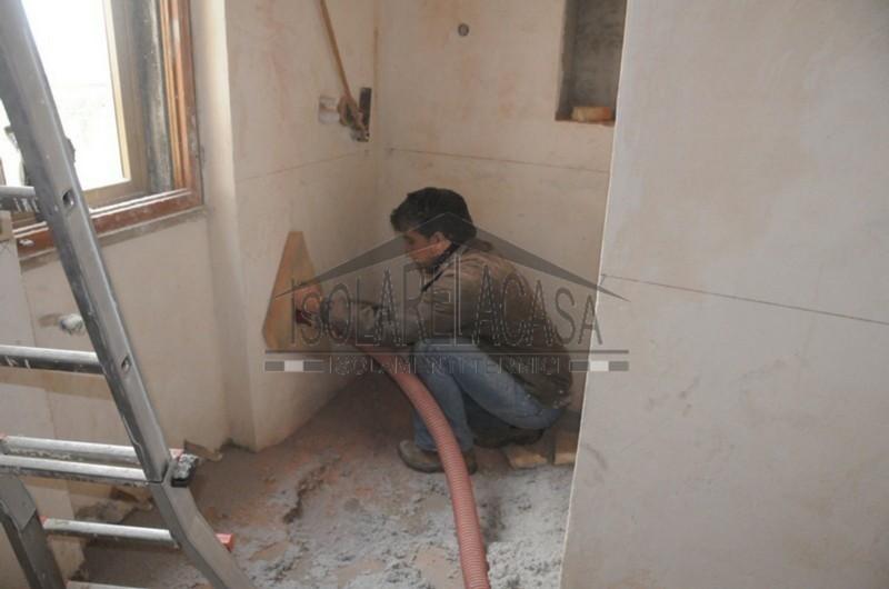 Isolamento di casa arredata con cellulosa in fiocchi