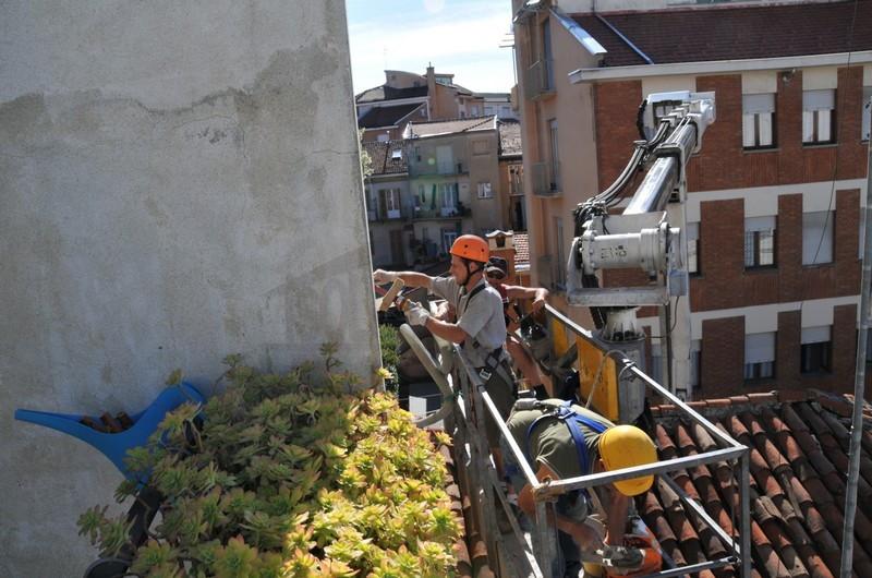 operai al lavoro di coibentazione casa dall'esterno