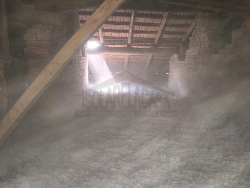 sottotetto con stesa a tappeto di cellulosa in fiocchi