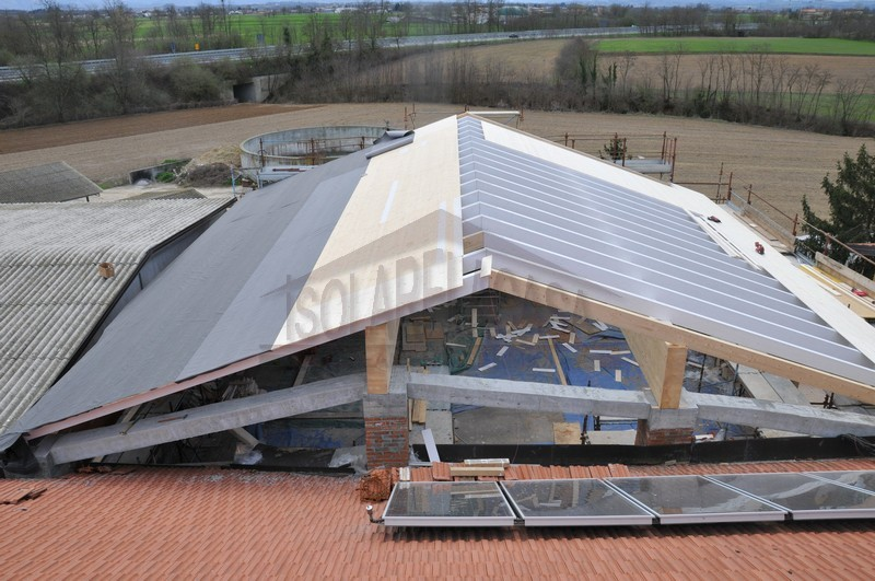 vista dall'alto di lavori di realizzazione tetto nuovo