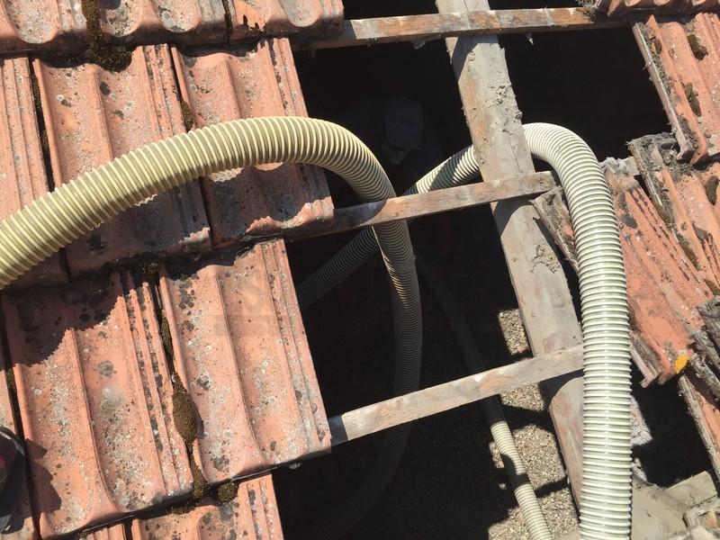 tegole tetto e tubo di insufflaggio