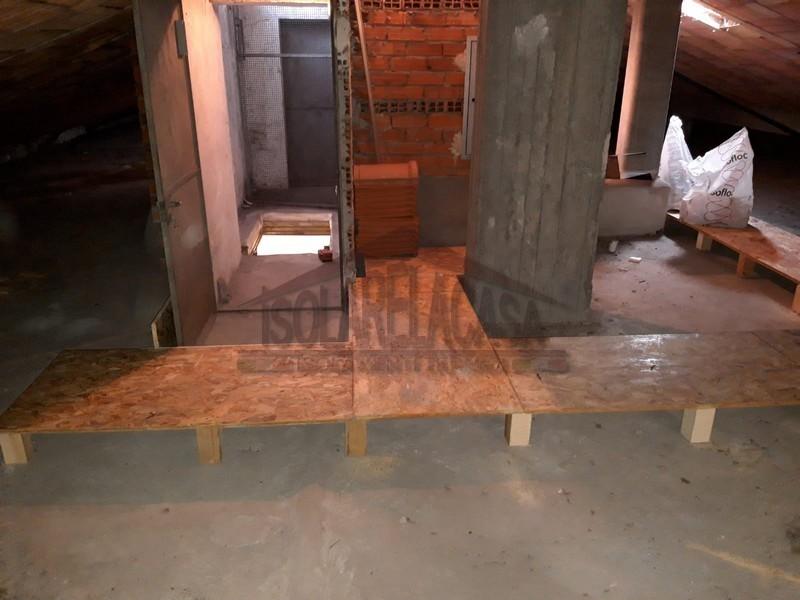 piedini in legno sostengono le passarelle calpestabili