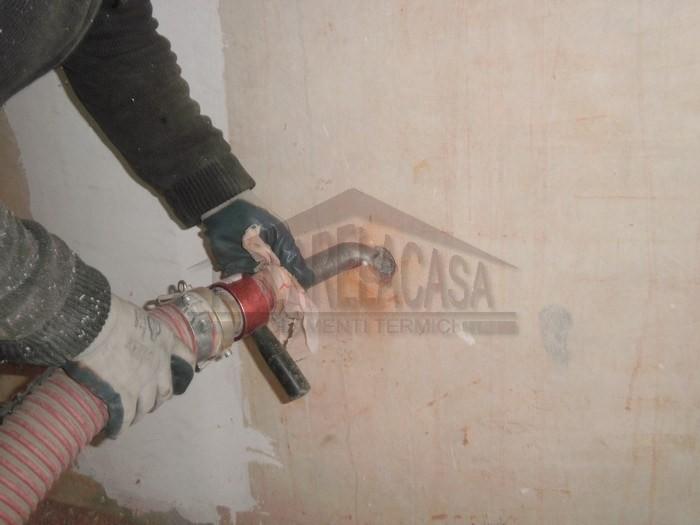 rimozione tubo di insufflaggio cellulosa dal muro
