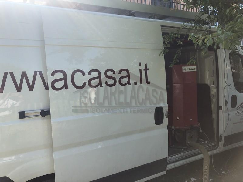 macchina insufflatrice in furgone di isolarelacasa