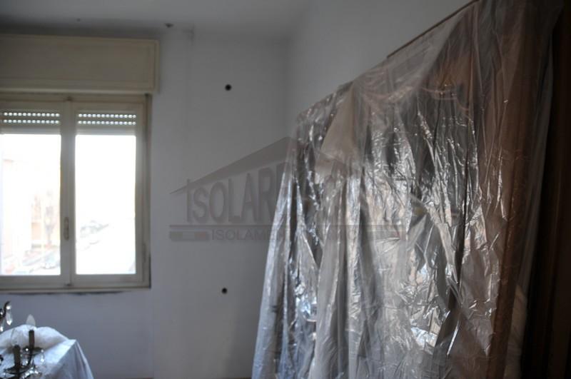 copertura mobili prima di lavori di isolamento appartamento